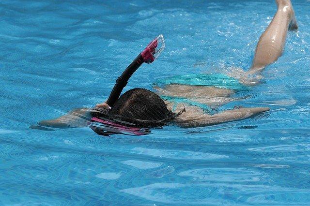 plavající dívka
