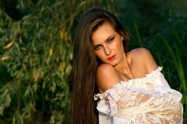 dlouhovlasá bruneta