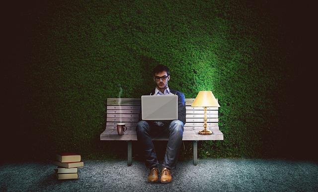 spisovatel na lavičce