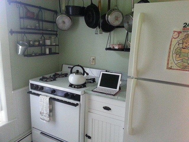 stará kuchyň a laptop