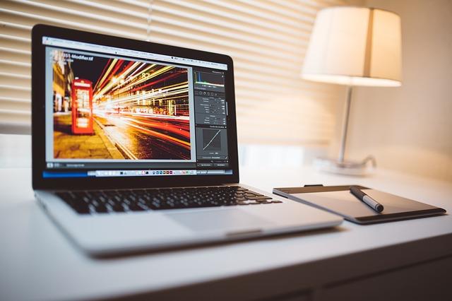 otevřený laptop na pracovním stole