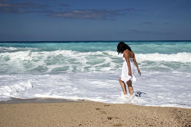 dívka na břehu moře