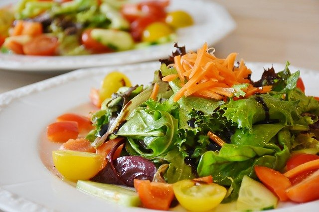 čerstvý zeleninový salát