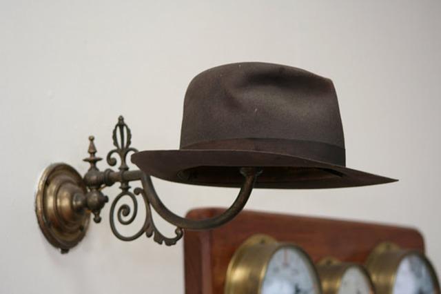 klobouk na věšáku