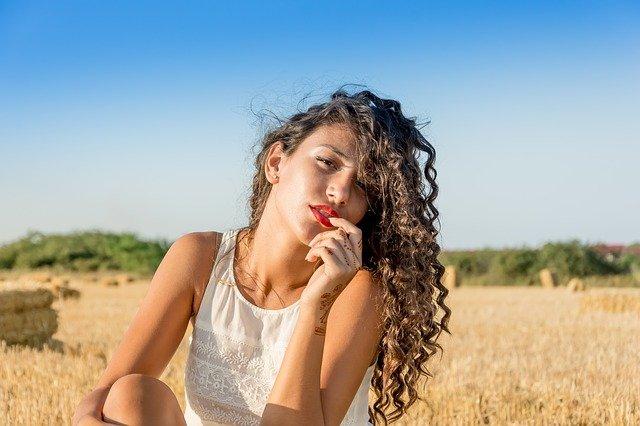 dívka s dlouhými kudrnatými vlasy