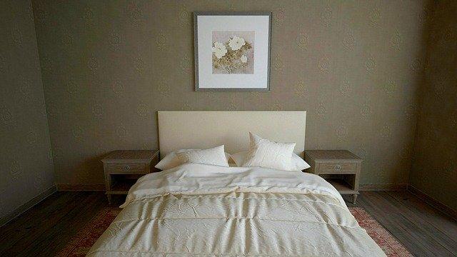 skromná ložnice