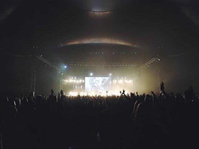 tma na koncertě