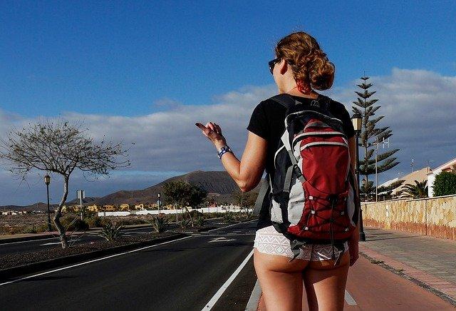 stopařka s batohem