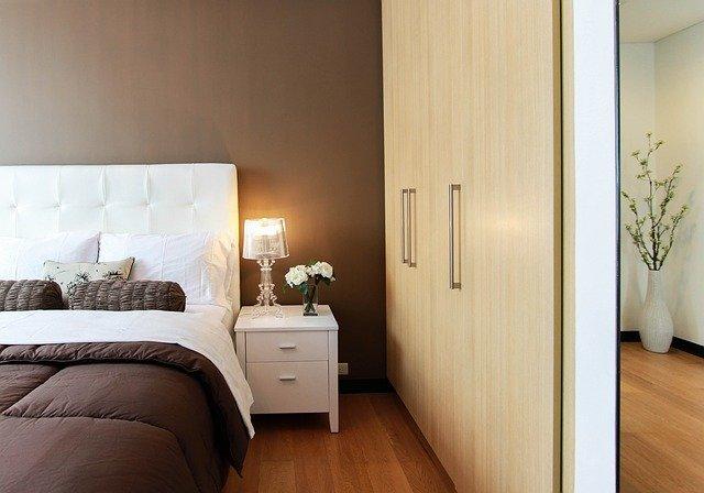 postel u skříně