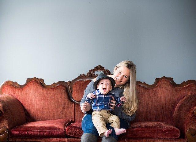 matka a dítě na pohovce