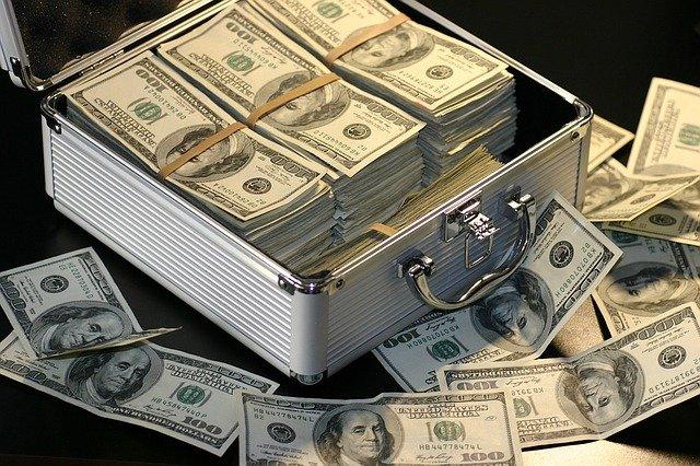 kufr plný stovek