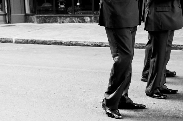 nohy mužů