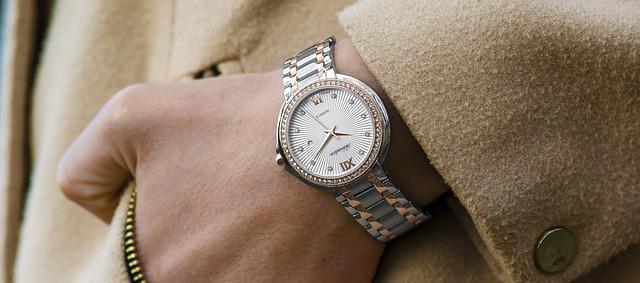 ruka v kapse s hodinkami