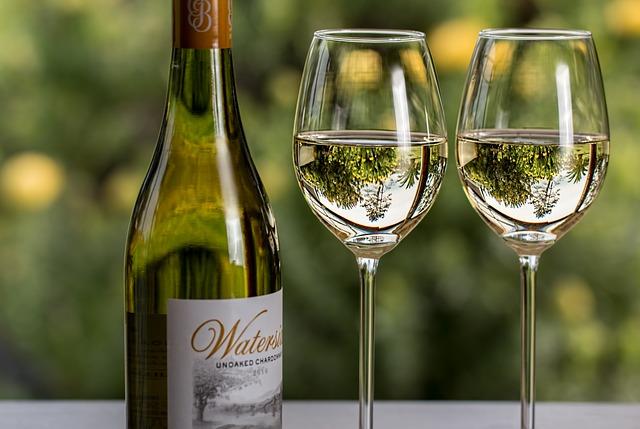 Skleničky bílého vína