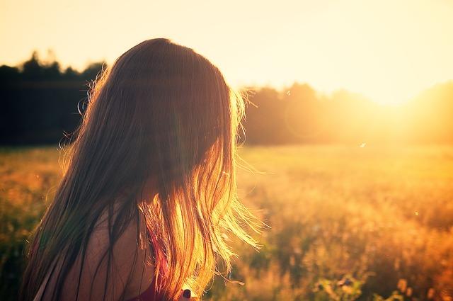 dívka při západu slunce