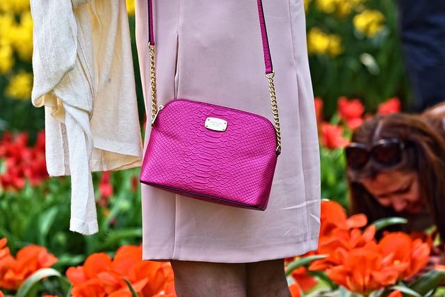 fialová kabelka, kterou má žena přes rameno
