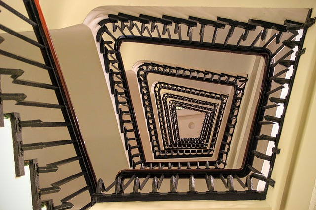 točité schodiště v hranatém stylu