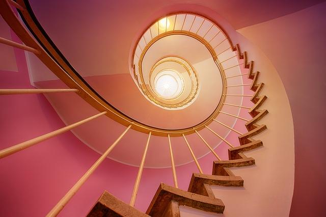točité schodiště v růžovém prostoru