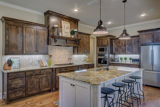 kuchyně s celou řadou úložných prostor