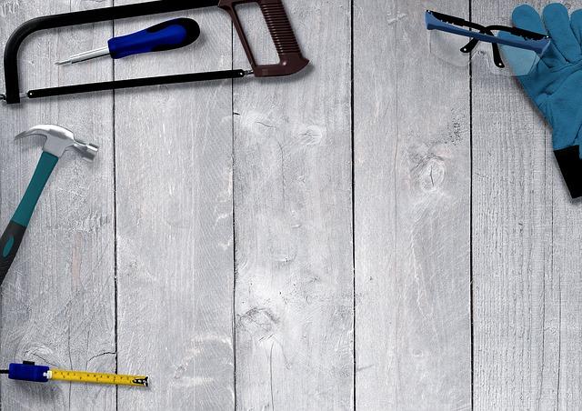 Nářadí položené na dřevěné podlaze