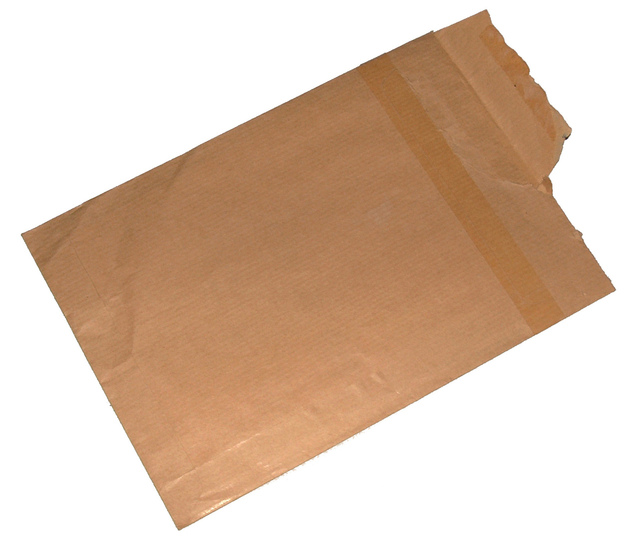 narušená papírová obálka