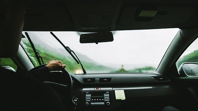 taxi řidič za volantem při deštivém odpoledním počasí