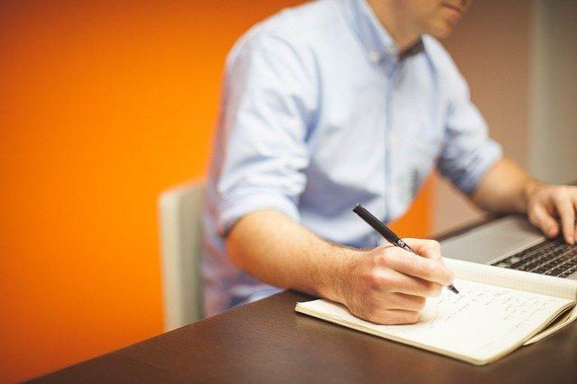 zápisník na stole.jpg