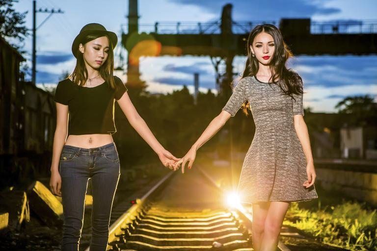 děvčata na kolejích