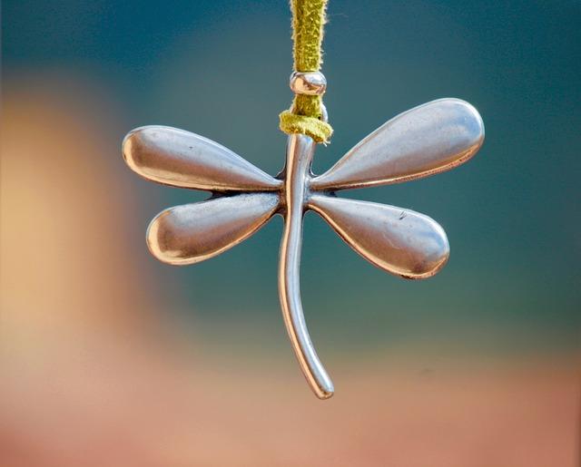 stříbrný přívěsek ve tvaru motýla