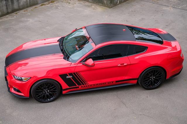 upravený červený vůz černá kola