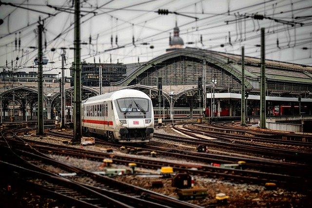 vlak vyjíždějící ze železničního nádraží