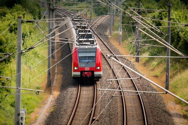 projíždějící elektrický vlak