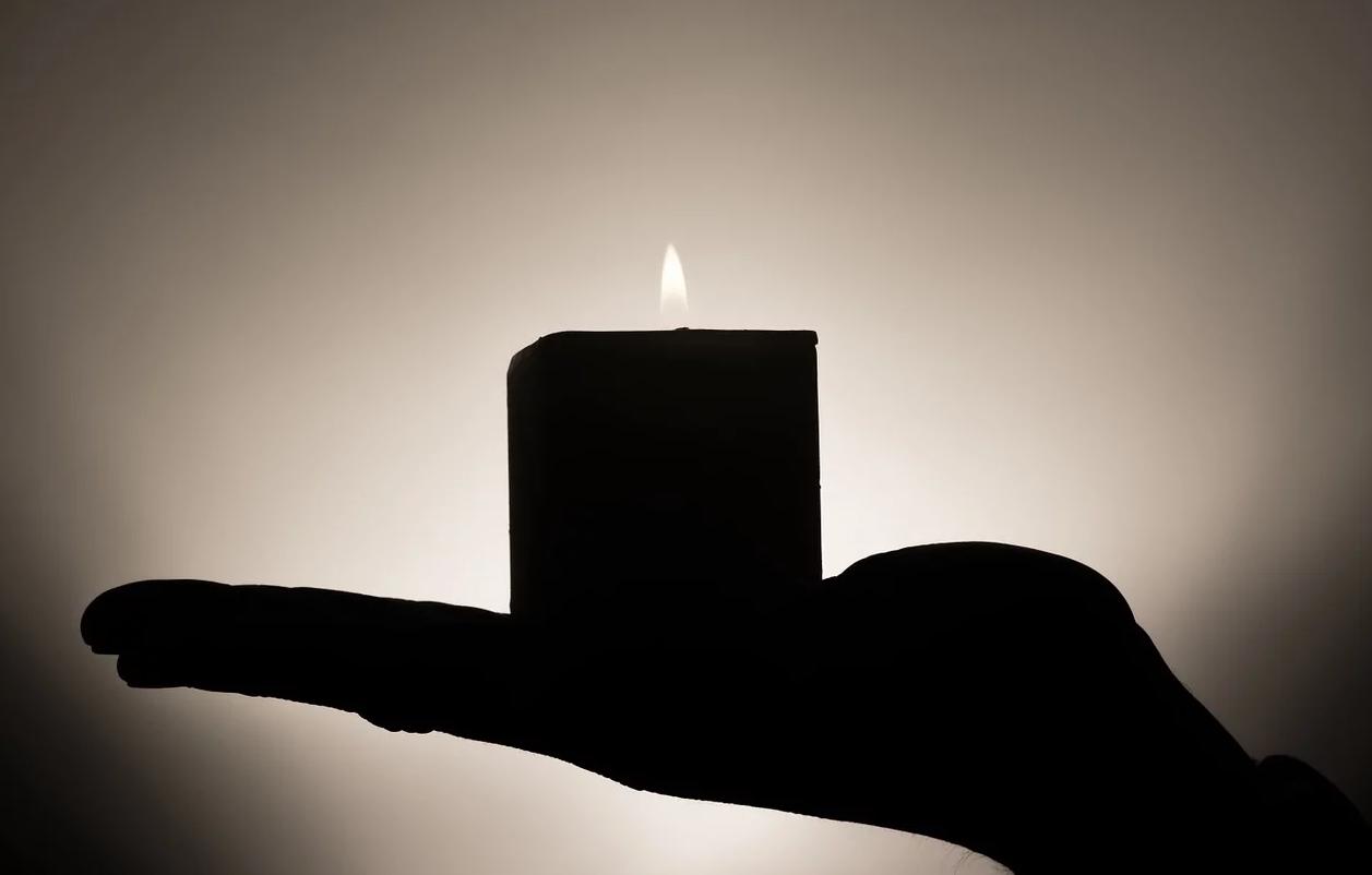 svíčka v ruce
